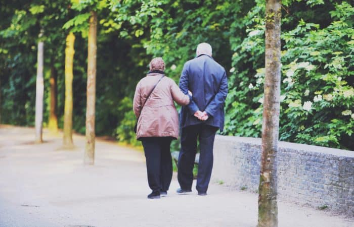 Parella de padrins passejant